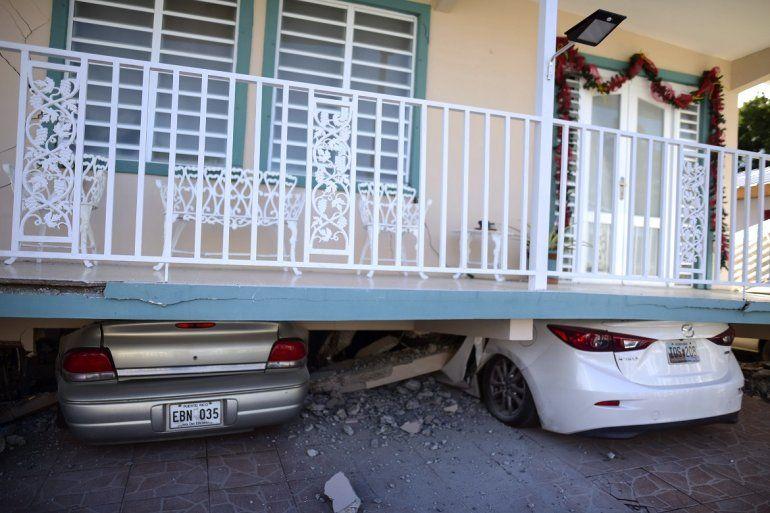 Una vivienda cayó sobre vehículos estacionados después de un terremoto registrado en Guánica
