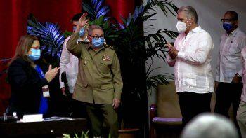 Raúl Castro saluda en la sesión inaugural del VIII Congreso del Partido Comunista de Cuba mientras el gobernante cubano Miguel Díaz-Canel, a la derecha, aplaude en el Palacio de Convenciones en La Habana.