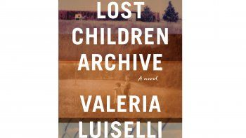 En esta imagen difundida por Knopf, la portada de la novela de Valeria Luiselli Lost Children Archive. La autora mexicana ganó el lunes el Premio Rathbones Folio de literatura en una ceremonia realizada en línea debido a la pandemia del coronavirus.