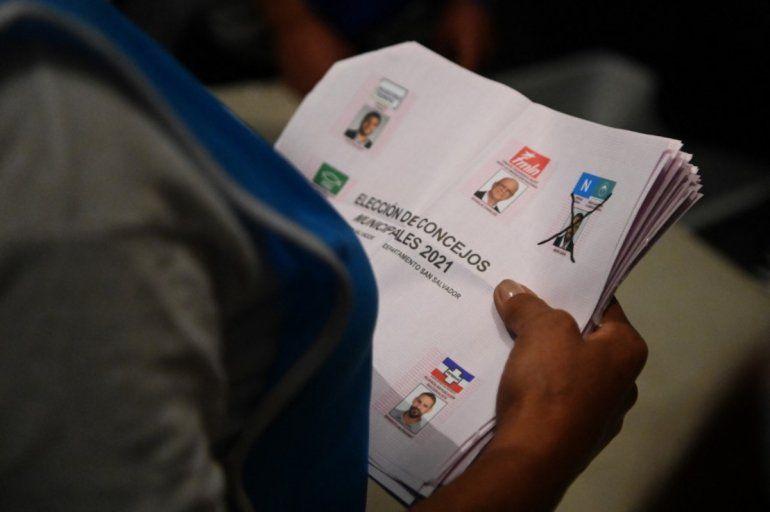 Los funcionarios electorales cuentan las boletas luego del cierre de los colegios electorales durante las elecciones parlamentarias y locales