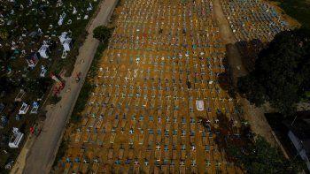 Vista aérea de las tumbas de las víctimas del COVID-19 en el cementerio de Nossa Senhora Aparecida en Manaus, estado de Amazonas, Brasil, el 29 de abril de 2021. Brasil, con una población de 212.000.000 de personas, superó el jueves las 400.000 muertes por COVID-19, y es el segundo en número solo después de los EEUU.