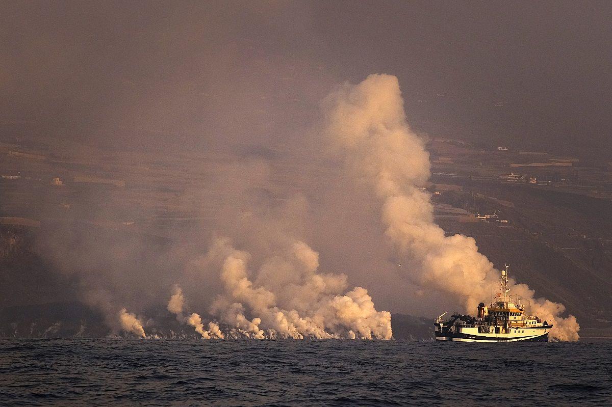Una nube de gases rodea la lava del volcán en erupción en La Palma al entrar en contacto con el océano Atlántico, en La Palma, Islas Canarias, el 30 de septiembre de 2021.