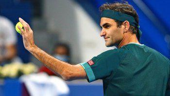 Federer jugó su primer partido en más de un año y ganó su primer set cuando el 20 veces campeón de Grand Slam regresó de una lesión para enfrentar al número uno británico Dan Evans en el Abierto de Qatar.