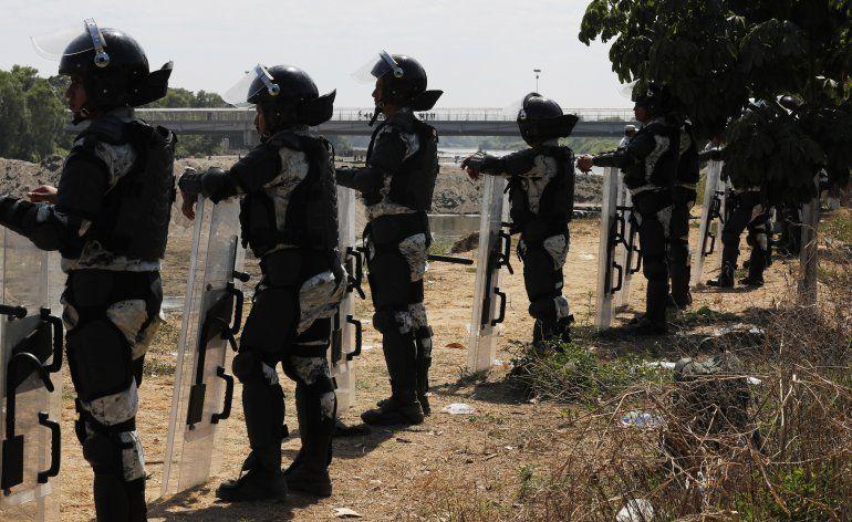 Efectivos de la Guardia Nacional permanecen en el lado mexicano de la orilla del río Suchiate cerca de Ciudad Hidalgo