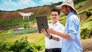 Rodolfo Correa (izq.) estima que dotar al campo colombiano de tecnología de punta, drones, tabletas y monitoreo satelital, permitirá cultivos más rentables que los ilegales como la coca y marihuana.