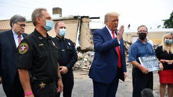 El presidente Donald Trump, con el fiscal general, William Barr (izq.), habla con la prensa mientras recorre un área afectada por los disturbios civiles en Kenosha, Wisconsin, el 1 de septiembre de 2020.