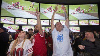 En esta foto del 2 de febrero de 2020, Lázaro Real Cruz, junto con otros fanáticos, festeja luego que Damien Williams anota un touchdown en el Super Bowl LIV, frente a los 49ers de San Francisco. La imagen se tomó en el bar Toms Watch de Los Ángeles