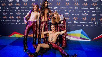 El grupo italiano Maneskin posa con su trofeo al final de una conferencia de prensa tras ganar la final del 65 Festival de la Canción de Eurovisión. Según un test, uno de los integrantes de la agrupación no se drogó durante el evento.