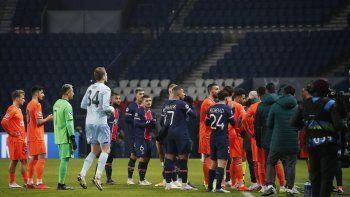 Jugadores del Paris Saint Germain y del Basaksehir de Estambul abandonan la cancha durante el encuentro de la Liga de Campeones argumentando que el cuarto árbitro profirió un insulto racista contra el asistente de entrenador del equipo turco el martes 8 de diciembre del 2020.