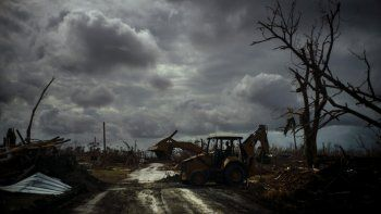 Mos Antenor, de 42 años, conduce un bulldozer para despejar un camino bloqueado por el paso del huracán Dorian en Mcleans Town, Gran Bahama, el viernes 13 de septiembre de 2019.