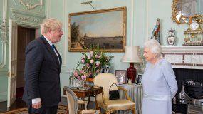 La reina Isabel II de Gran Bretaña saluda al primer ministro británico, Boris Johnson, durante una audiencia en el Palacio de Buckingham en el centro de Londres el 23 de junio de 2021, la primera audiencia semanal en persona de la reina con el primer ministro desde el inicio de la pandemia de coronavirus.
