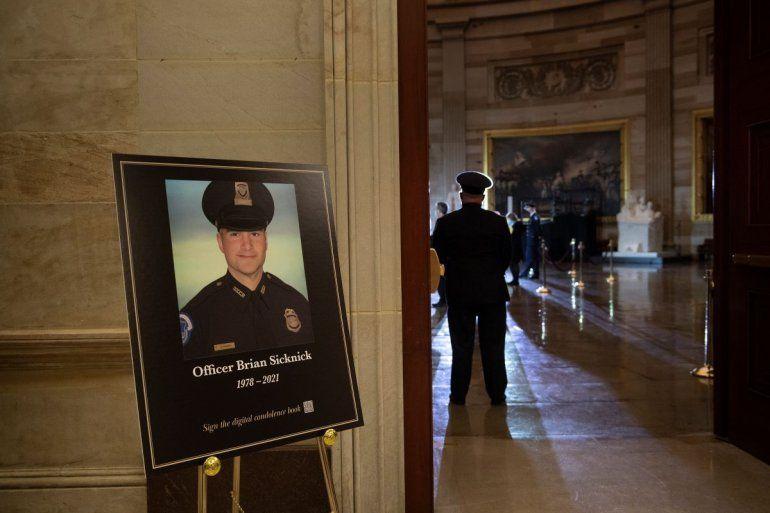 Una imagen del difunto policía del Capitolio de Estados Unidos Brian Sicknick
