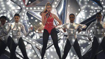 En esta foto del 24 de noviembre de 2019, Dua Lipa canta en los American Music Awards en Los Angeles. Estrellas como Dua Lipa o Thom Yorke piden al gobierno británico considerar algunas medidas asociadas al Brexit.