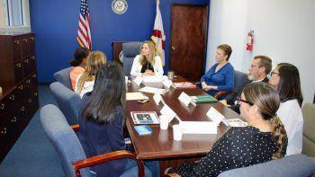 La congresista por el distrito 26,Debbie Mucarsel Powell (cen.),ha sostenido reuniones con residentes que podrían resultar afectados si la Corte Suprema tumba la ley de cuidado de salud asequible.