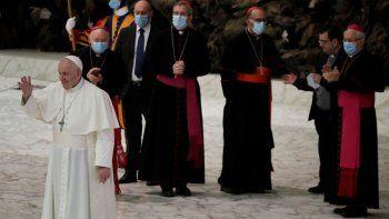El papa Francisco saluda a los fieles al final de la audiencia general semanal en el salón Paulo VI en el Vaticano, el miércoles 21 de octubre de 2020.
