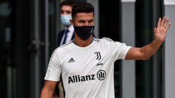 El delantero portugués de la Juventus, Cristiano Ronaldo, saluda a los aficionados al salir del centro médico de la Juventus en Turín tras su reconocimiento médico, el 26 de julio de 2021