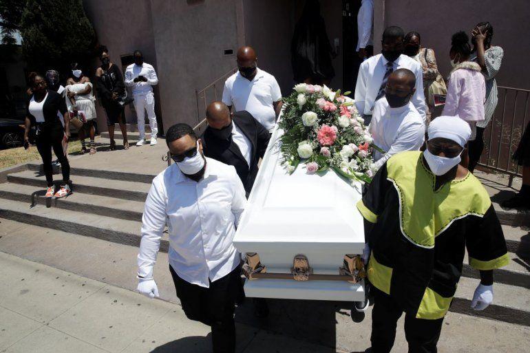 Dolientes cargando un ataúd con el cuerpo de Lydia Núñez