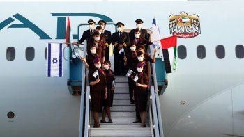 Un avión de la aerolínea emiratí Etihad Airways se convirtió este lunes en el primer vuelo de pasajeros de este país del Golfo que aterriza en Israel, luego de la normalización de relaciones con el apoyo de Estados Unidos.