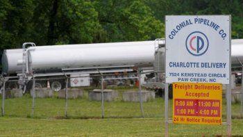 Camiones cisterna están estacionados junto a la entrada de la Colonial Pipeline Company, el operador del oleoducto más grande de Estados Unidos.