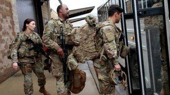 Soldados estadounidenses con su equipo suben a un autobús en Fort Bragg, Carolina del Norte, el sábado 4 de enero de 2010, antes de ser enviados como refuerzos al Oriente Medio tras el asesinato del general iraní Qassem Soleimani.