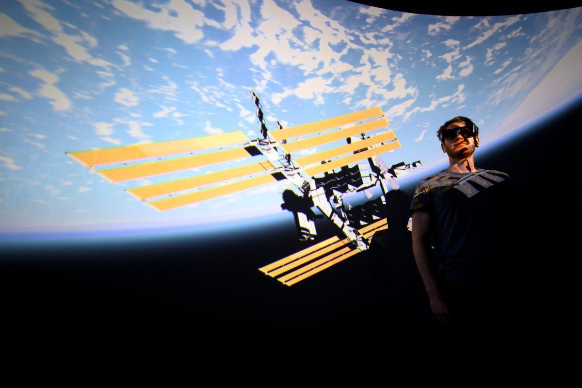 Hadrien Gurnel, ingeniero de software del laboratorio de museología experimental de la universidad suiza EPFL, explora con gafas 3D el mapa más detallado del universo con el software de realidad virtual VIRUP en St-Sulpice, cerca de Lausana, el 12 de octubre del 2021.
