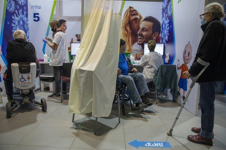 Israelíes recibiendo la segunda vacuna de Pfizer-BioNTech contra el COVID-19 en Netanya
