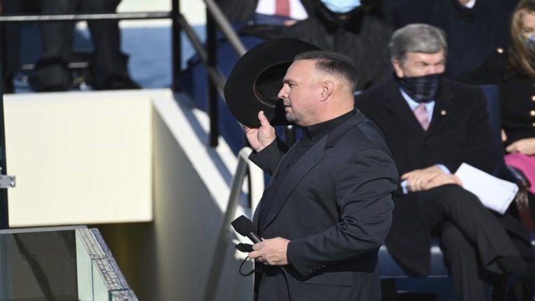 El cantante de música country Garth Brooks interpreta Amazing Grace durante la ceremonia de inauguración del presidente electo Joe Biden