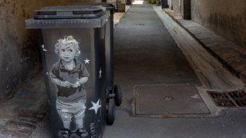 Durante una entrevista con los detectives,la mujer confesó que había puesto la bolsa que contenía al bebé dentro de un contenedorde basura en la calle y que regresó dos veces para asegurarse de que estaba muerto.