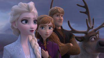 En esta imagen distribuida por Disney, de izquierda a derecha, los personajes de Elsa, Anna, Kristoff y el reno Sven en una escena de la cinta animada Frozen 2.