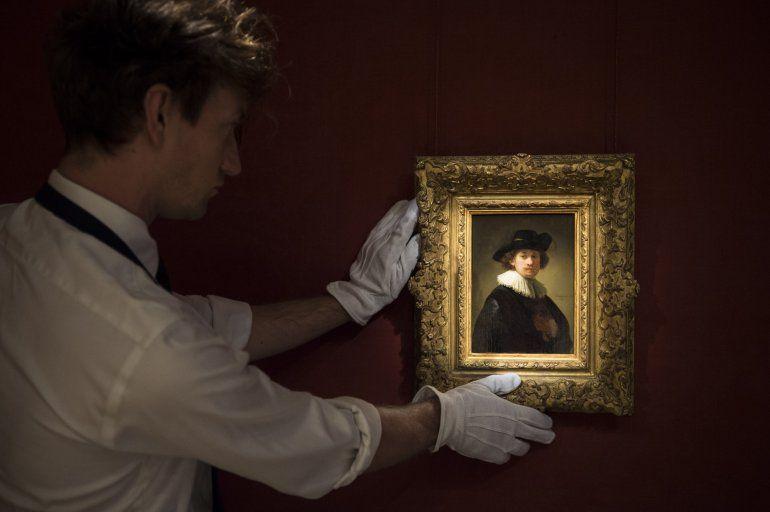 Una fotografía del folleto publicada por Sothebys el 28 de julio de 2020 muestra a un asistente sosteniendouna pinturadel artista holandés Rembrandt en Londres.