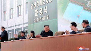En esta fotografía del viernes 1 de mayo de 2020 proporcionada por el gobierno de Corea del Norte se muestra al líder norcoreano Kim Jong Un (centro) mientras aplaude, acompañado por su hermana Kim Yo Jong, durante una ceremonia en una fábrica de fertilizantes en Suncheon, cerca de Pyongyang.