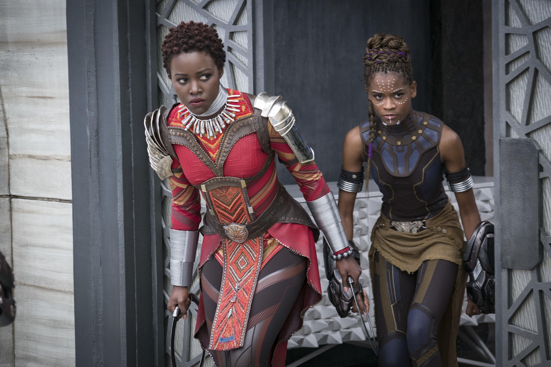 En esta imagen difundida por Disney, Lupita Nyongo, a la izquierda, y Letitia Wright en una escena de Black Panther de Marvel Studios. The Walt Disney Co. postergó las fechas de estreno de muchas de sus películas.