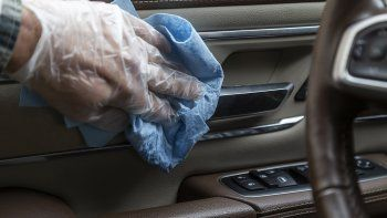 En esta foto sin fecha proveída por Edmunds, puntos comunes de contacto en un automóvil son desinfectados, algo que es una forma de reducir el riesgo de diseminación del coronavirus en el interior.