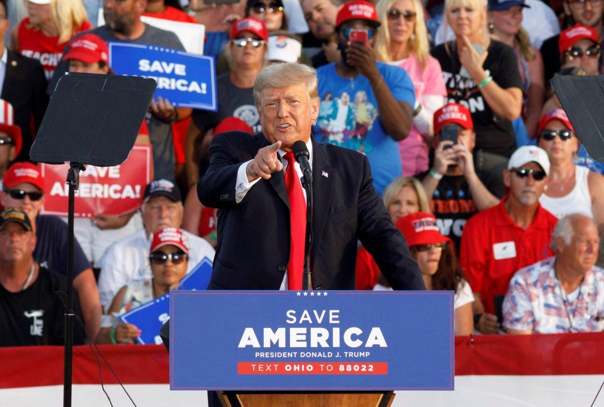 El expresidente Donald Trump habla a sus seguidores en un multitudinario encuentro en Ohio.