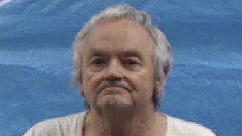 En la fotografía proporcionada por la cárcel del condado Roane se muestra a Michael Anthony Gray Sr., quien al igual que su esposa Shirley Ann Gray se declaró no culpable el lunes 26 de octubre de 2020 de decenas de cargos que incluyen el asesinato de una niña y el abuso a niños que la pareja había adoptado.