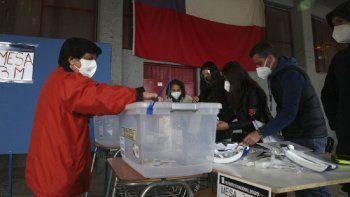 Una mujer vota en un colegio electoral en Santiago de Chile, el domingo 25 de octubre de 2020. Millones de chilenos están convocados a las urnas para decidir si reemplazan o no la Constitución legada por la dictadura militar (1973-1990) en medio de la pandemia del coronavirus. Los contagiados y sus contactos estrechos tienen prohibido votar.