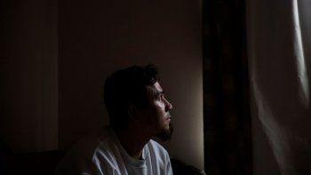 En imagen del viernes 3 de abril de 2020, José Martínez, que se dedica a pintar casas, mira por la ventana en su hogar en Greenfield, Massachusetts,es uno de los millones de inmigrantes que radican enEstados Unidos sin autorización legal, pero que trabajan en el país y que pagan impuestos.