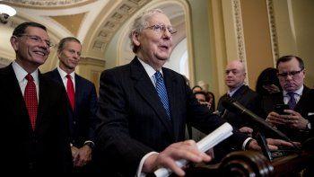 El líder de la mayoría republicana en el Senado de Estados Unidos, Mitch McConnell (al centro) habla durante una conferencia de prensa después de reunión con el vicepresidente Mike Pence, jefe de los esfuerzos del gobierno contra el nuevo coronavirus, el martes 3 de marzo de 2020, en Washington, D.C.