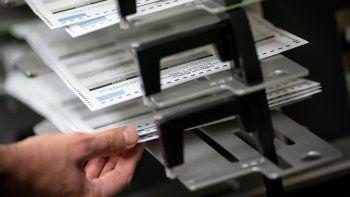 En esta imagen del martes 3 de noviembre de 2020, trabajadores electorales separan las boletas anticipadas y en ausencia en el edificio municipal de Kenosha durante la jornada electoral, en Kenosha, Wisconsin.
