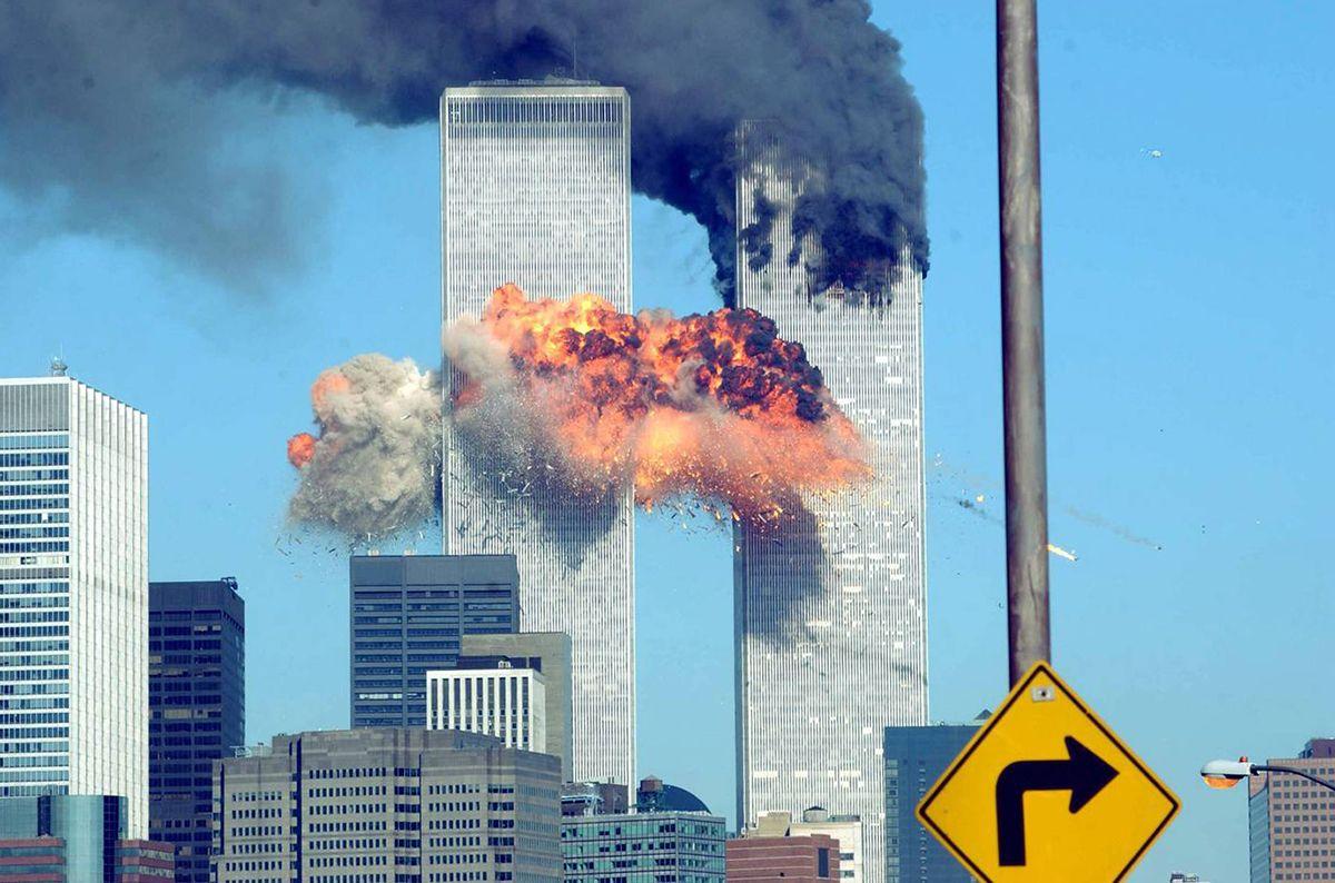 Segundo avión arremete contra torre este, Twin Towers, Nueva York, 11 de septiembre de 2001.
