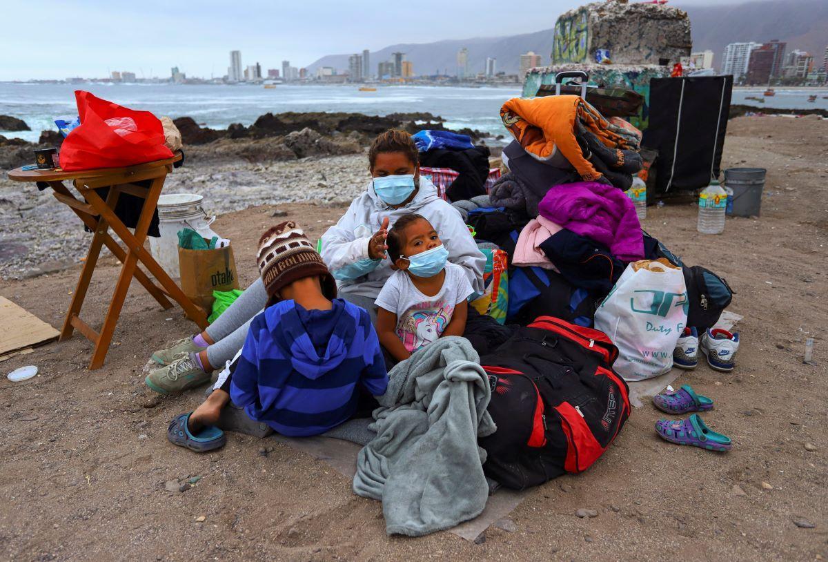 Una familia de migrantes venezolanos instaló un campamento a lo largo de una playa después de que ellos y otros migrantes fueran desalojados por la policía de la Plaza Brasil donde vivían en tiendas de campaña, en Iquique, Chile.