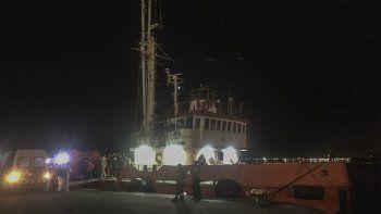Imagenpublicada por la Armada de Uruguay, donde los trabajadores médicos ayudan a transferir a los pasajeros de un crucero australiano en el puerto de Montevideo el 5 de abril de 2020.