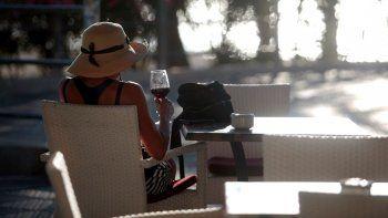 Una mujer, en una terraza cerca de la playa en Palma de Mallorca, España, el 15 de junio de 2020. Las fronteras en Europa se reabrieron el 15 de junio tras tres meses cerradas por la pandemia del coronavirus.