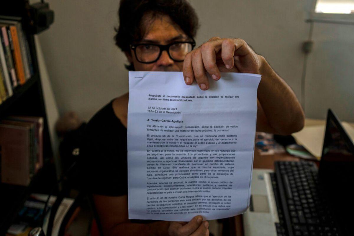 Yunior García Aguilera, dramaturgo y uno de los organizadores de una marcha de protesta, muestra una carta de respuesta del régimen negándoles permiso para marchar, durante una entrevista con The Associated Press en su casa en La Habana, Cuba, el miércoles 13 de octubre de 2021.
