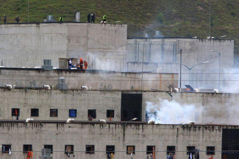 El gas lacrimógeno se eleva desde partes de la cárcel de Turi donde estalló un motín de reclusos en Cuenca