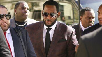 En esta fotografía de archivo del 26 de junio de 2019, el cantante R&B R. Kelly llega a la Corte Penal de Leighton para responder a una acusación formal por cargos de delitos sexuales en Chicago.