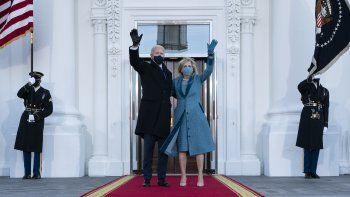 El presidente Joe Biden y la primera dama Jill Biden saludan al lelgar al Pórtico Norte de la Casa Blanca el míercoles 20 de enero de 2021 en Washington.