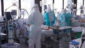 Trabajadores de la salud usan trajes protectores mientras atienden a pacientes con coronavirus COVID-19 en la Unidad de Cuidados Intensivos (UCI) del Hospital Vall dHebron en Barcelona, España, 6 de abril de 2020.