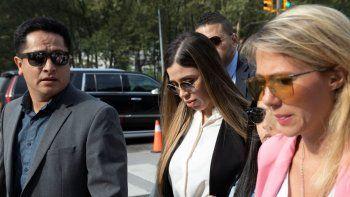 Emma Coronel Aispuro, centro, esposa del narcotraficante mexicano Joaquín El Chapo Guzmán, llega para su sentencia en la corte federal de Brooklyn, en Nueva York, en julio de 2019. Según el Departamento de Justicia de Estados Unidos, Coronel fue arrestada el lunes 22 de febrero de 2021 bajo cargos de tráfico de drogas.