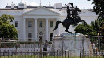 La base de la estatua del expresidente Andrew Jackson es lavada el miércoles 24 de junio de 2020 en el interior del Parque Lafayette, nuevamente cerrado, en Washington.